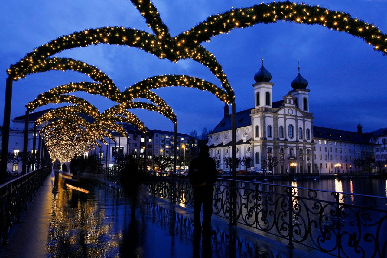 Christmas tour – Pine boughs and bright lights